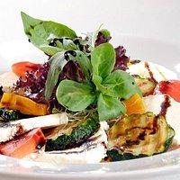 Davoser Frischkäse mit mediterranem Grillgemüse an feinem Balsamicodressing