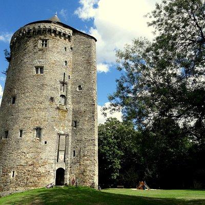La Tour Du Guesclin, impressionnante, dernier vestige du château !