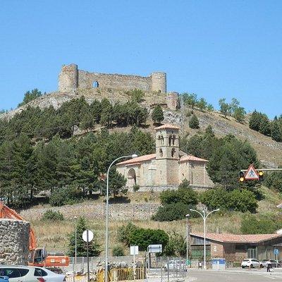 Santa Cecilia con el castillo al fondo