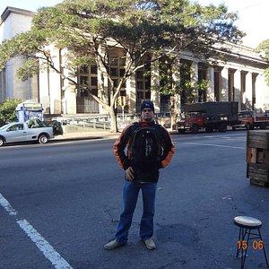 David em frente à Biblioteca Nacional de Uruguay.