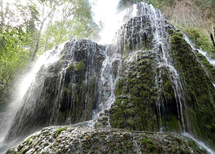Один из многочисленных водопадов в Monasterio de Piedra Park