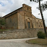 Pieve Santa Maria a Chianni: the church and next the restored hostel