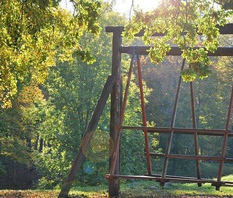 Качели в замковом парке Вильянди