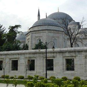 позади забора гробницы Сулеймана и Хюррем