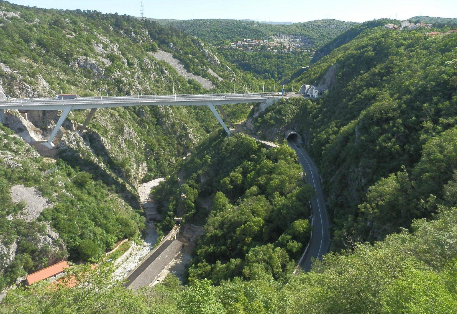 panorama mozzafiato sul canyon della recina e sul ponte dell'autostrada