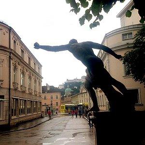 Salzburg - Landestheater - rechte Seite (hinter Statue)