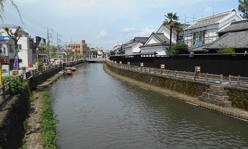 鯉の泳ぐ川
