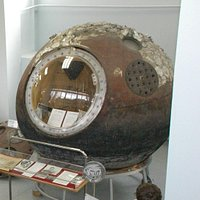 Спускаемый аппарат Ю.А.Гагарина. В нем - сертификаты подлинности.
