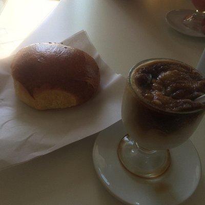 Una buona colazione in compagnia di una granita mandorle e caffè + brioche.