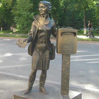 Памятник почтальону в г. Тюмени