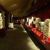 Il lapidario, situato nel chiostro porticato del Museo