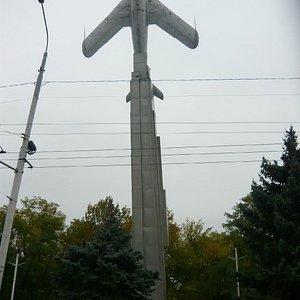 Памятник на входе в парк