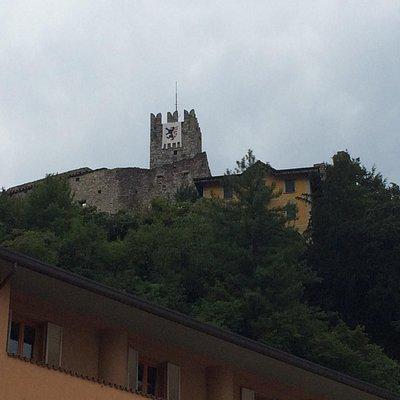 Il castello di Breno visto da piazza Ronchi