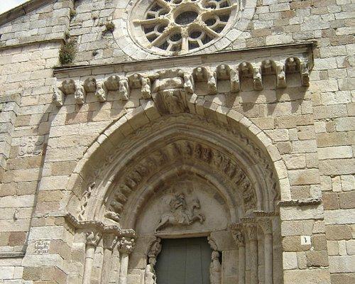 Portada principal: rosetón ojival s. XIV y tímpano con Santiago Apóstol