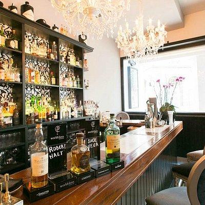 Opera Café, más de 500 destilados y espirituosos. Abierto desde las 8 de la mañana.