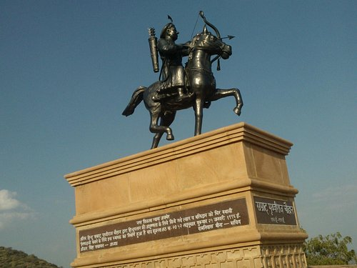 PRITHVIRAJ CHAUHAN'S STATUE FROM THE SIDE