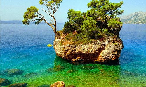 Steininsel (Wahrzeichen von Brela am Strand Punta Rata)