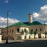 Очередная мечеть с белыми стенами и зелёной крышей