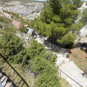 Escaleras hacia la gruta