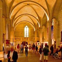 Intérieur avec expo peintures et poteries