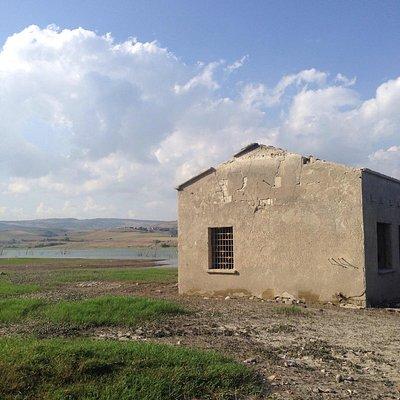 Vecchie case abbandonate sul lago rifugio dei rapaci