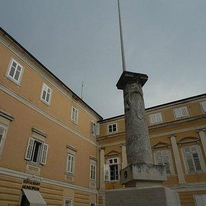la colonna dello stendardo e la piazza