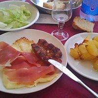 formaggio salsiccia alla piastra e contorni