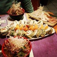 gran variedad de sushis y ceviche! todo muy rico y excelente atencion