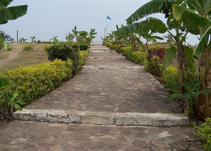 Piste d'entrée au Monument de l'Unité Nationale