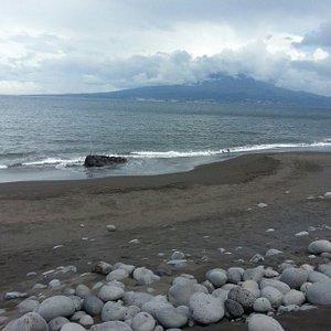 Na praia de almoxarife com vista para a ilha do pico