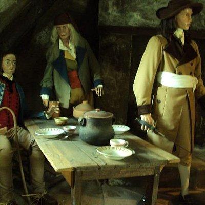 scène de reconstitution avec objets et costumes contemporains