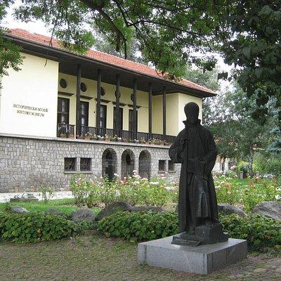 памятник иконописцу З.Зографу перед зданием музея. Самоков гордится своим талантливым мастером!