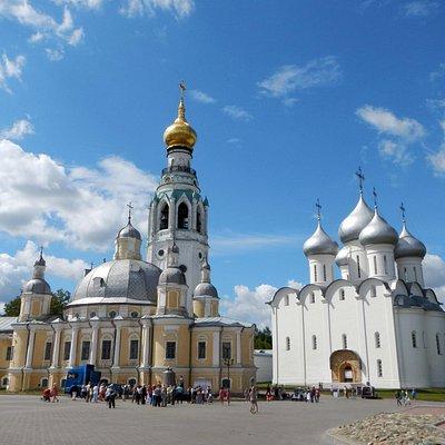 Часть вологодского кремля, колоольня в центре