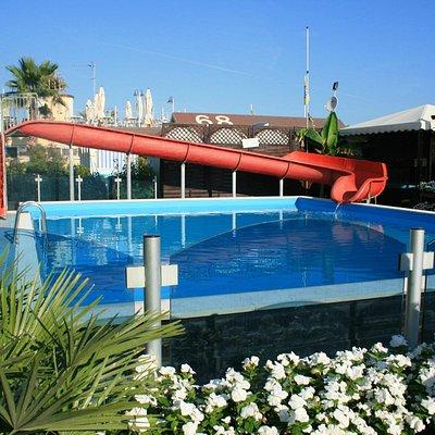 La piscina con lo scivolo