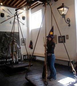 vassoura e chapéu por conta do Museu