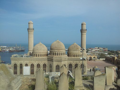 Вид на мечеть и окружение с кладбища