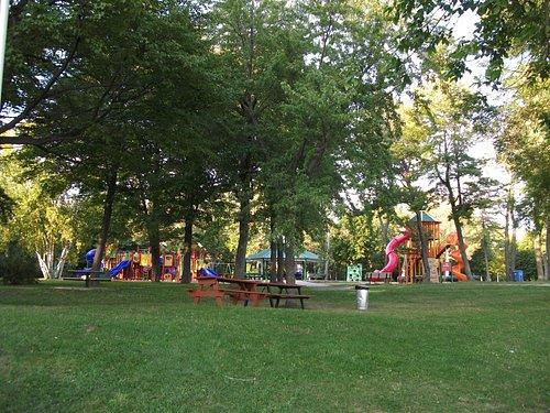 Parc de l'île Saint-Quentin, plage, piscine, modules de jeux pour les enfants