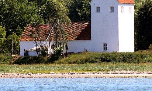Den flotte Endelave kirke ligger tæt på Kattegat