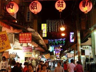 有三百多年歷史的新莊老街,是台灣發展史的縮影。熱鬧觀光夜市的背後,古蹟廟宇、百年傳統老店林立,一些有歷史 典故的巷弄隱身其中。