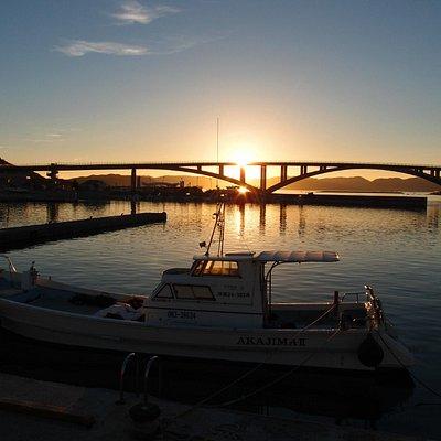 近くの港から日の出
