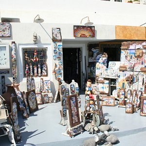 The entrance with some examples of art pieces displayed outside.