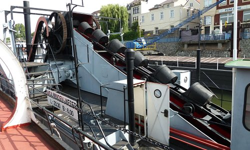 Daneben: Baggerschiff