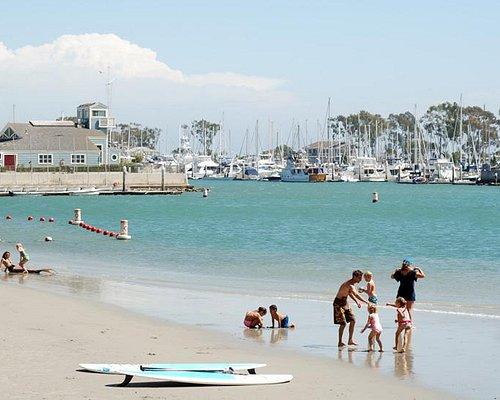 海浪都被前面的消波塊給擋住了, beach這裡, 風平浪靜