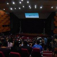 Vista interna do teatro antes da abertura do show de Leonardo Gonçalves.