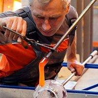 ciężka praca hutnika przy ręcznym formowaniu szkła
