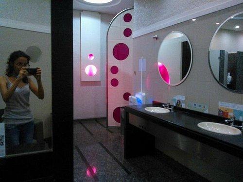 Dentro do banheiro feminino