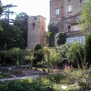 l'orto con la torre dell'alchimista
