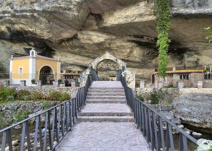 Escalinata y Puente de acceso al Santuario.