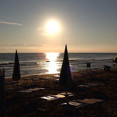 All'alba in riva al mare.