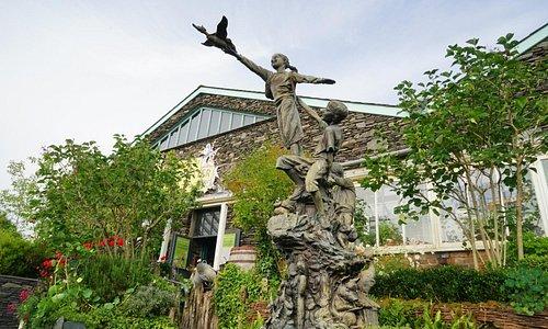 花園雖然不大,但挺巧緻;這個雕像把波特小姐重要作品全都給刻上去了。